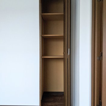 【洋室】小型のクローゼットには小物を入れる棚があります。