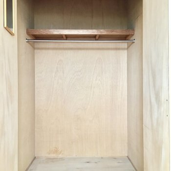 洋室のクローゼットには鏡付き。※写真は5階同間取り・別部屋のものです。