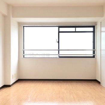 幅いっぱいの窓♪明るさもしっかりあります。※写真は5階同間取り・別部屋のものです。
