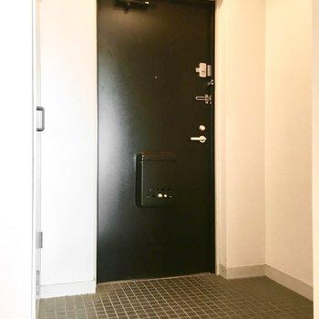 玄関はゆったりしてます。※写真は5階同間取り・別部屋のものです。