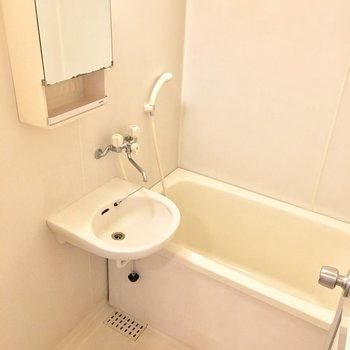 お風呂は洗面台とのユニット。※写真は5階同間取り・別部屋のものです。