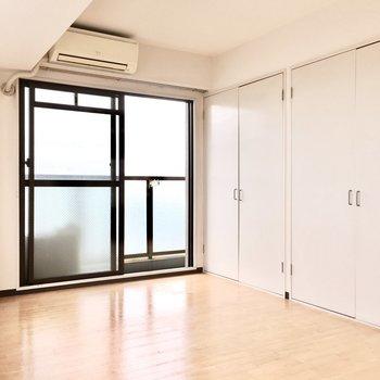クローゼットは壁一面に。※写真は5階同間取り・別部屋のものです。