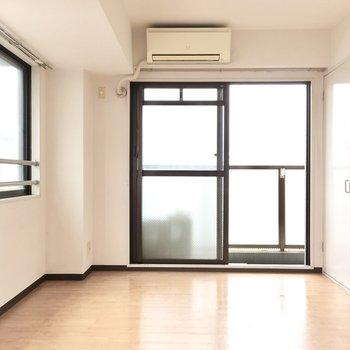お隣の洋室へ。こちらは2面光彩!※写真は5階同間取り・別部屋のものです。