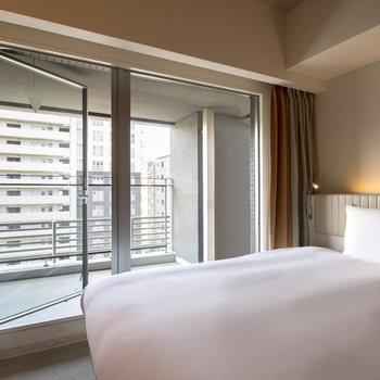大きい窓があるのは開放感があって嬉しいポイント◎※客室によってはバルコニーに出られないお部屋もございます。