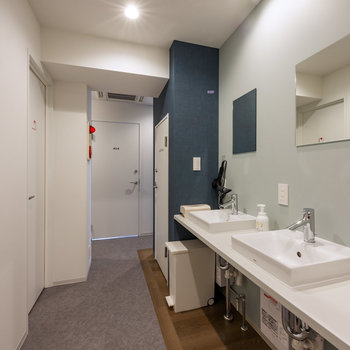 【共用部】まずはサニタリースペース。独立洗面台があります。