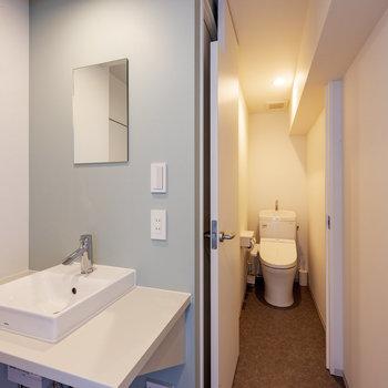 【共用部】トイレはウォシュレット付きです。