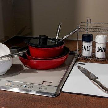 【共用部】IHコンロ2口完備。調理器具もありますよ。