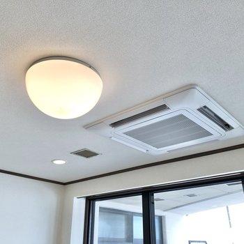 エアコンは天井に埋め込みタイプです。