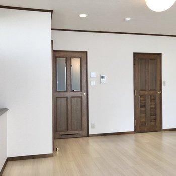 右はサニタリールームへ、左は玄関へと続いています。