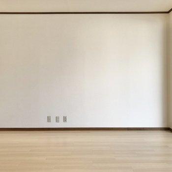 テレビ線が通っているので、テレビは正面の壁沿いに。