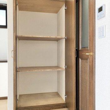 3段の収納の中には小さなボックスを入れても良さそう。