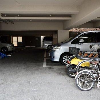 駐車場も駐輪場もありますよ。