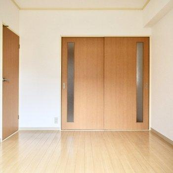 バルコニー側/洋室】ドアの色も揃えられていてスッキリ。