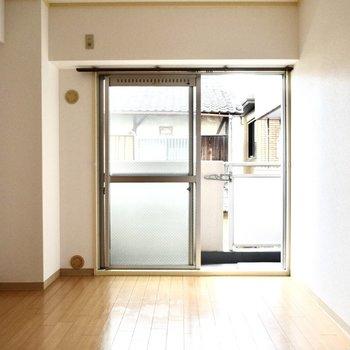 バルコニー側/洋室】バルコニーへの窓は少しレトロ感あります。