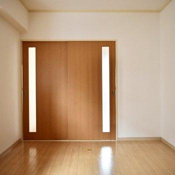 玄関側/洋室】このお部屋には大きな窓がついていますよ。