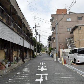 周辺環境】静かな住宅街を通ります。