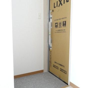 玄関は白です!こちらもピカピカ♡(※写真は2階の同間取り別部屋のものです)