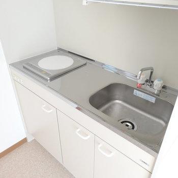 IH1口のキッチン。コンパクトながらもまな板スペースあり◎(※写真は2階の同間取り別部屋のものです)