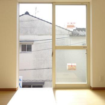 窓から明るい光が入ります(※写真は2階の同間取り別部屋のものです)