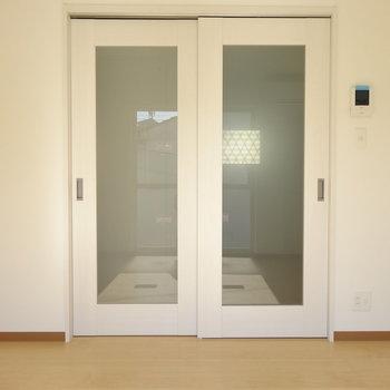 真っ白のピカピカの扉(※写真は2階の同間取り別部屋のものです)
