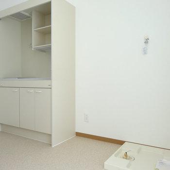 キッチンの横に冷蔵庫。その横に洗濯機です(※写真は2階の同間取り別部屋のものです)