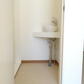 脱衣所に小さな可愛い洗面台◎(※写真は2階の同間取り別部屋のものです)