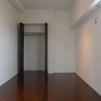 窓があるので明るい寝室になりますね!(※写真は10階の同間取り別部屋のものです)