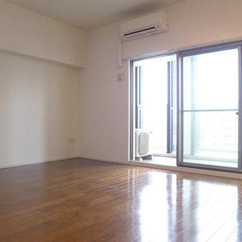 大きな窓、明るいお部屋。(※写真は10階の同間取り別部屋のものです)