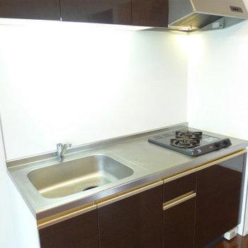 2口コンロ、調理スペース、収納もしっかり!(※写真は10階の同間取り別部屋のものです)