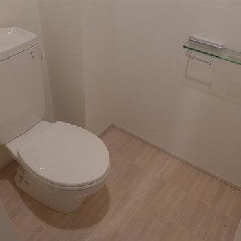 トイレも広く、シンプルで綺麗ですね。(※写真は10階の同間取り別部屋のものです)