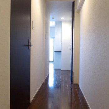 玄関から廊下。廊下を抜けたら広々リビング!(※写真は10階の同間取り別部屋のものです)
