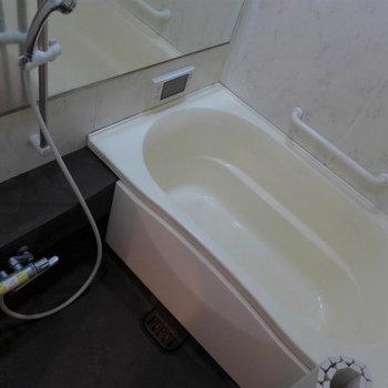 お風呂は追い焚き付き、浴室乾燥機付き!(※写真は10階の同間取り別部屋のものです)