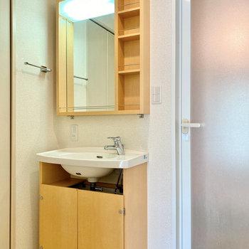 お洒落な洗面台。鏡横に化粧水など置いておけますね。