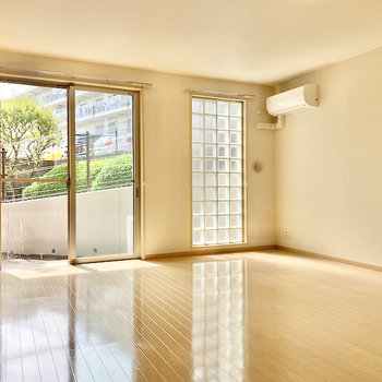 【LDK】窓からは明るい光がたっぷりと入ってきますよ。