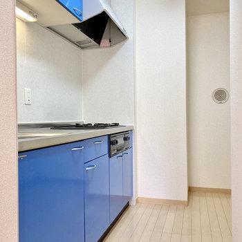 キッチンは鮮やかなブルー。