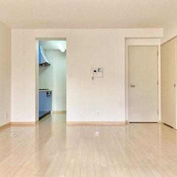 【LDK】洋室は約16.6帖とゆったりめ。