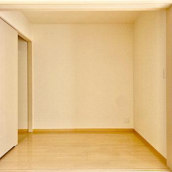 【洋室約2.6帖】LDK隣のお部屋。