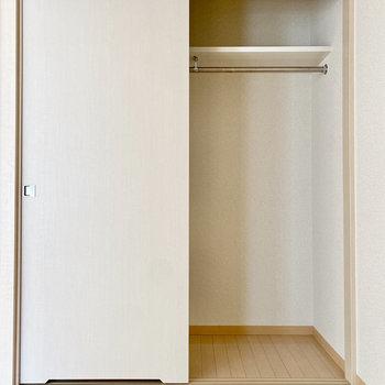 【洋室約2.6帖】クローゼットは奥行きがありますね。衣装ケースなども活用してみましょう。