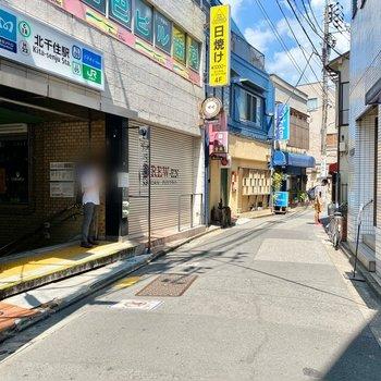 お部屋に近い駅出口。周辺には商店街が広がっています。