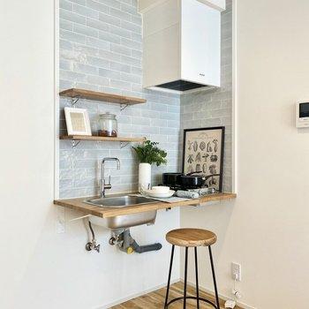 配管むき出しのスマートなキッチン。※写真の家具はサンプルです