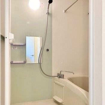 ミントグリーンの壁材がかわいい浴室。乾燥機付きですよ。