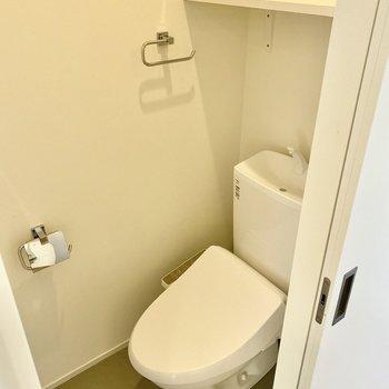 手洗いは温水洗浄便座付きです。