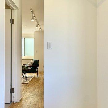 リビングと仕切りがなく、シームレスな空間です。※写真の家具はサンプルです