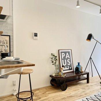 無垢床と白壁がグリーンと好相性。※写真の家具はサンプルです