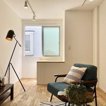 南向きの腰窓から、明るい陽射しが入ります。※写真の家具はサンプルです