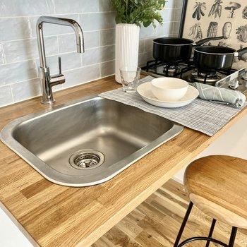 木材の調理台とシルバーが美しい。2口ガスコンロもポイントです。※写真の家具はサンプルです