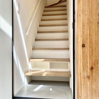 階段下部がくり抜かれておりシューズラックとして使えますよ。