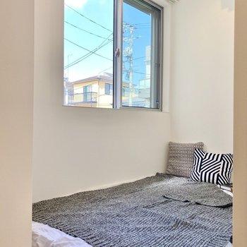階段を上がって左手はベッドスペース。ダブルベッドも設置できますね。※写真の家具はサンプルです