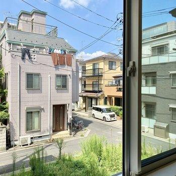 窓からは周辺の住宅街が見えます。