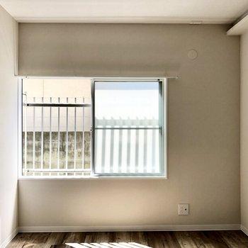 隣の洋室にも幅のある窓。寝室にいかがでしょうか?